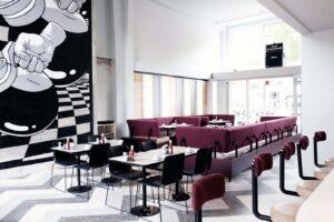 De koffie wordt zo uit de kan aan tafel ingeschonken bij het hippe By Jarmusch in Rotterdam