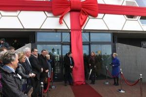 Gedeputeerde Klaas Kielstra en minister Cora van Nieuwenhuizen verrichtten de openingshandeling bij het Afsluitdijk Wadden Center.