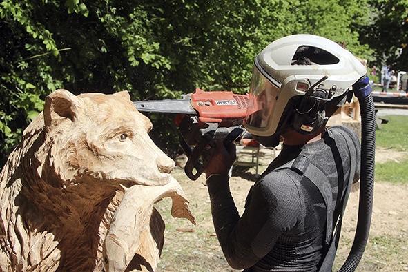 Sander Boom tijdens de Boomkroonpad Carving Cup